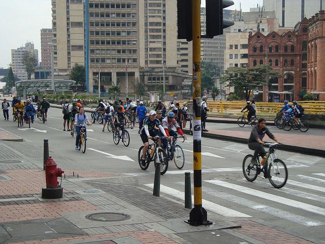 Un millón de personas usan cada domingo las ciclovías recreativas, que cierran algunas calles principales de Bogotá, como sucede también en Ciudad de México, que integran las iniciativas de las autoridades de diferentes ciudades de América Latina para impulsar comportamientos sostenibles de la ciudadanía en tiempos de cambio climático. Crédito: Helda Martínez/IPS