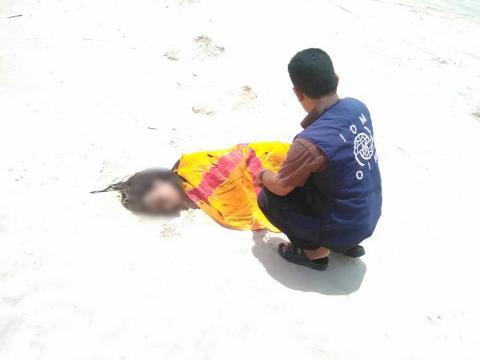 Personal de la Organización Internacional de las Migraciones (OIM) se ocupa de los restos de una persona fallecida en una playa de Yemen. Crédito: OIM.