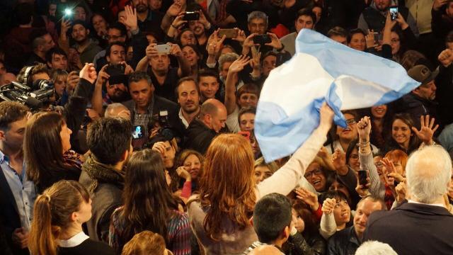 La expresidenta Cristina Fernández, candidata a senadora por la provincia de Buenos Aires, saluda a sus entusiasmados partidarios. El triunfo en ese distrito electoral, que concentra la mayor población del país, está pendiente del recuento de 4,32 por ciento de los votos, cuando a ella y al aspirante de la alianza gubernamental le separan un puñado de votos. Crédito: Unidad Ciudadana