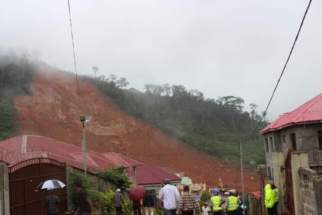 En Sierra Leona, en la parte del Mount Sugar Loaf, en la localidad de Regent, las grandes inundaciones causaron un deslizamientos de terreno. Crédito: Ngozi Cole/IPS.
