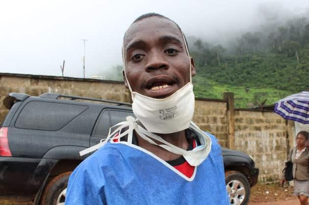 Abu Sesay es uno de los voluntarios que ayudaron en las tareas de socorro en la localidad de Regent, en Sierra Leona. Crédito: Ngozi Cole/IPS