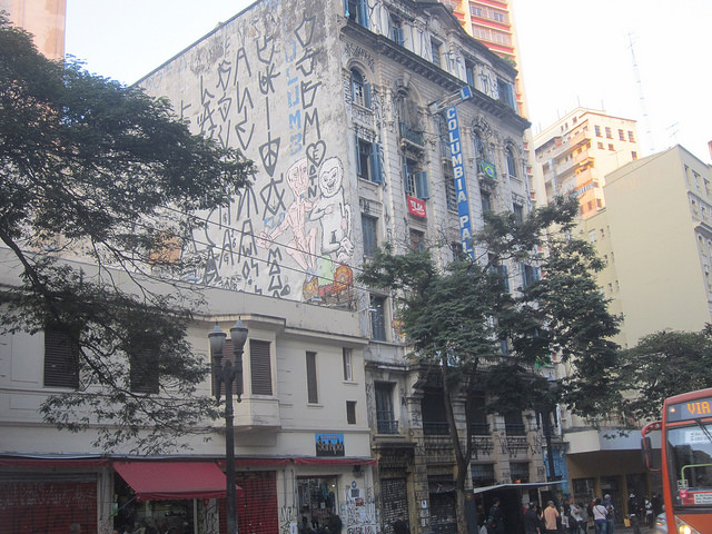 Fachada del Hotel Columbia, en el centro de São Paulo, cuyo edificio ocupan desde hace siete años 80 familias carentes de vivienda, que viven entre la amenaza de desalojo y la esperanza de convertirse en dueños de un apartamento, así sea de una sola habitación, en medio de la megaciudad brasileña. Crédito: Mario Osava/IPS