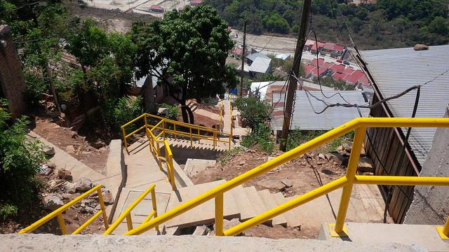 Cambio radical en el acceso a la colonia (barrio) Ramón Amaya Amador de Tegucigalpa, gracias a la mejora en sus calles y al sistema de escaleras que mejora el tránsito de sus residentes y su comunicación con el resto de la capital de Honduras. Crédito: Thelma Mejías/IPS