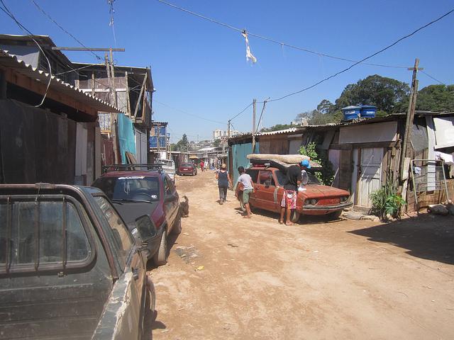 Uno de los callejones de la Ocupación Parque del Ingenio, en el barrio Capão Redondo, en el extremo sur de la Región Metropolitana de São Paulo, donde se expande la megaciudad brasileña, y un grupo de familias recién asentadas luchan por la entrega de un terreno donde instalar una comunidad. Crédito: Mario Osava/IPS