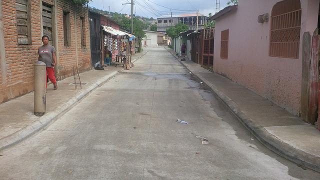Calles pavimentadas como esta, que hasta hace poco eran caminos de tierra, muchas veces enlodados, son el resultado de un programa integral de mejora en barrios marginados de Tegucigalpa, que contó con la activa participación de la comunidad. Crédito: Thelma Mejía/IPS