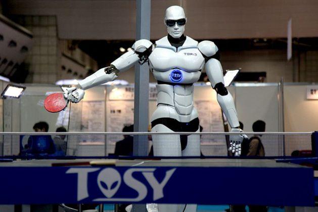 TOPIO, un androide que juega al tenis de mesa, es un robot bípedo con forma humana diseñado para jugar a ese deporte contra seres humanos. Crédito: Humanrobo. Creative Commons.