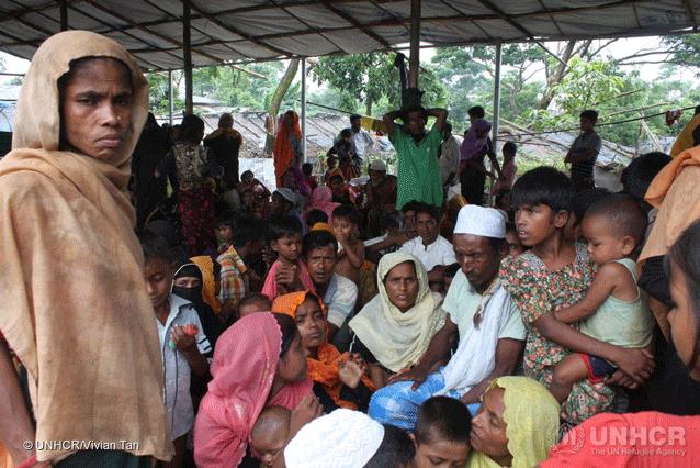 Rohinyás recién llegados tratan de encontrar un lugar en el ya hacinado campamento de Kutupalong, donde llegaron más de 16,000 personas en una semana tras el estallido de violencia el 25 de agosto de 2017. Crédito: Vivian Tan/UNHCR