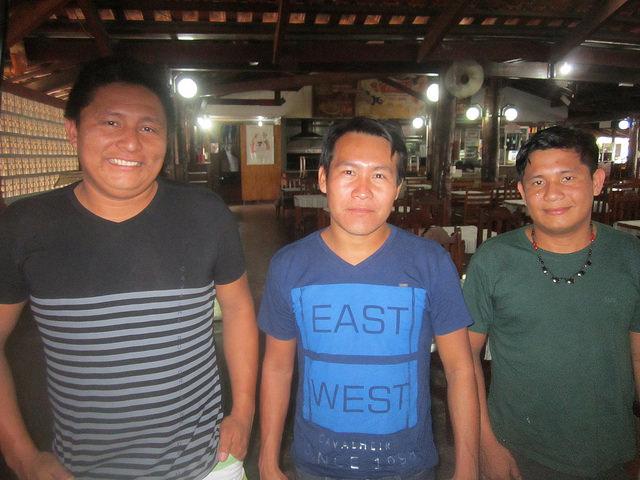 Tres indígenas munduruku, estudiantes de Derecho en la ciudad de Alta Floresta, en el portal suroriental de la Amazonia brasileña, gracias a una beca que les concedió la empresa de una de las centrales hidroeléctricas que se construyen sobre el río Teles Pires. Ellos son muy críticos del impacto sobre su pueblo de las nuevas represas. Crédito: Mario Osava/IPS