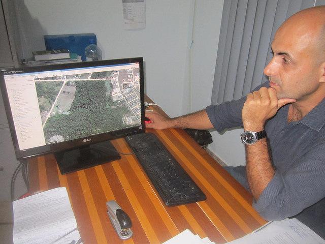 Pedro Correa, director de Ambiente de la alcaldía de Paranaita, mientras mirando una foto en su pantalla con la ciudad rodeada de bosques. Proveniente del sureño estado de São Paulo, trabajó pocos meses en la construcción de la central hidroeléctrica de Teles Pires y se quedó en la urbe por su calidad de vida. Crédito: Mario Osava/IPS