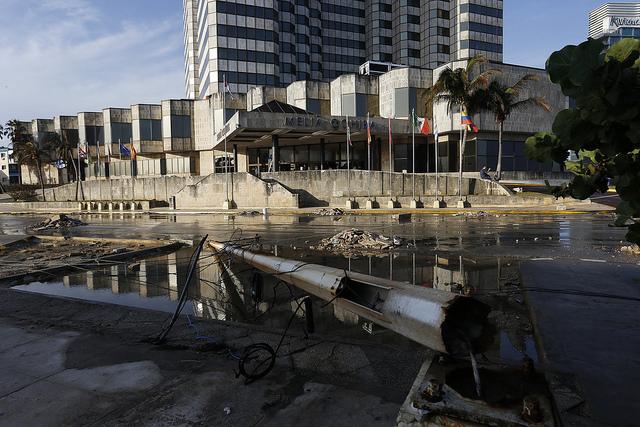 Muestra de los impactos que dejó en la capital de Cuba el paso del huracán Irma, cuyos costos económicos se verán por años en el país caribeño. Crédito: Jorge Luis Baños/IPS