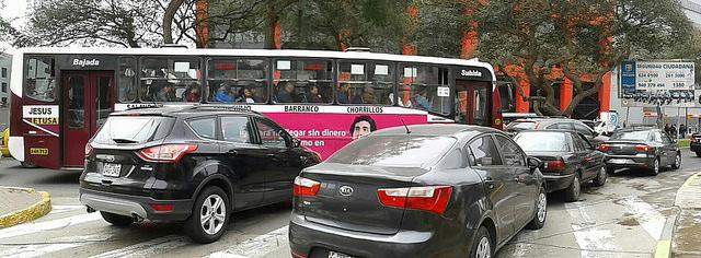 La elevada congestión del tráfico vehicular en la ciudad de Lima, como en el barrio de Jesús Maria, es una de las causas de que la capital de Perú sea la urbe con mayor polución del aire de América Latina. Crédito: María Gracia Monge/IPS