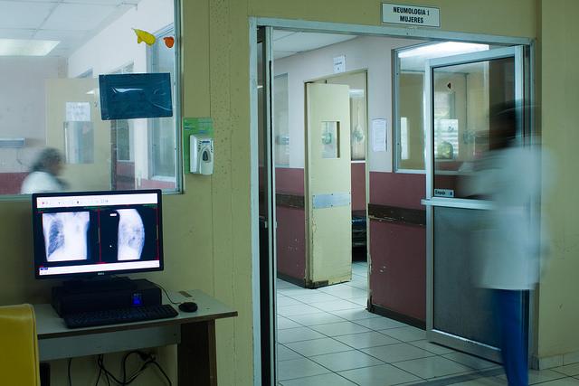 Uno de los pabellones del Hospital Nacional General de Neumología Dr José Antonio Saldaña, al sur de San Salvador, donde llegan muchos de los pacientes con enfermedades respiratorias, causadas en buena parte por la mala calidad del aire en la capital salvadoreña. Crédito: Edgardo Ayala/IPS