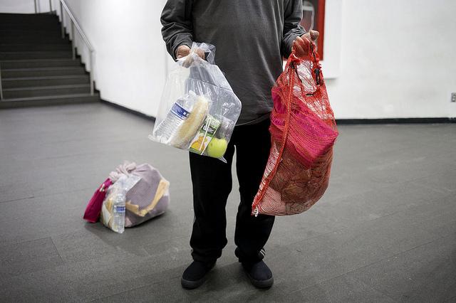 El kit con objetos de aseo, un sándwich, bebidas y frutas que acaba de recibir de las autoridades mexicanas un deportado recién llegado en un avión procedente de Estados Unidos, tras aterrizar en el aeropuerto de la capital de México. Crédito: Julia Sclafani/IPS