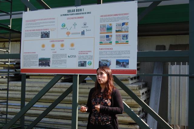 Daniela Robledo explica el funcionamiento de la planta Solar Buin 1, la primera comunitaria de energía limpia instalada en Chile, a unos 35 kilómetros de Santiago. Crédito: IPS