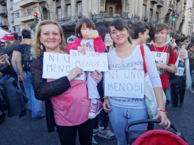"""Tres generaciones de mujeres de una familia argentina enarbolan carteles con la consigna """"Ni Una Menos"""", en una de las manifestaciones contra los feminicidios/femicidios en Buenos Aires. Crédito: Fabiana Frayssinet/IPS"""