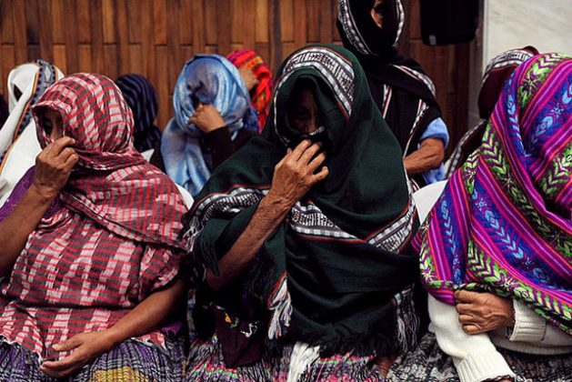 """""""Las Abuelas de Sepur Zarco"""" esperan un veredicto durante el juicio de ex oficiales militares por crímenes de lesa humanidad por delitos de violación, asesinato y esclavitud en el Tribunal de Mayor Riesgo de Guatemala. Las demandantes mantuvieron sus caras cubiertas a lo largo del juicio, pero se quitaron los chales después del veredicto. Crédito: Rocizela Pérez/ Mujeres Transformando el Mundo"""