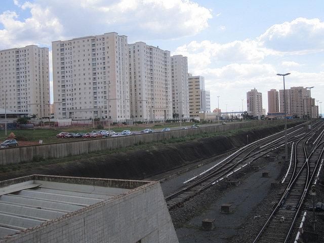 Los edificios crecen como hongos en Samambaia, la segunda ciudad por población del entorno de Brasilia, cuyo aumento es de unas 10.000 personas cada año, un ritmo de al menos cuatro por ciento. A la izquierda, los rieles del metro del Distrito Federal capitalino, con una capacidad muy superior a su uso. Crédito: Mario Osava/IPS