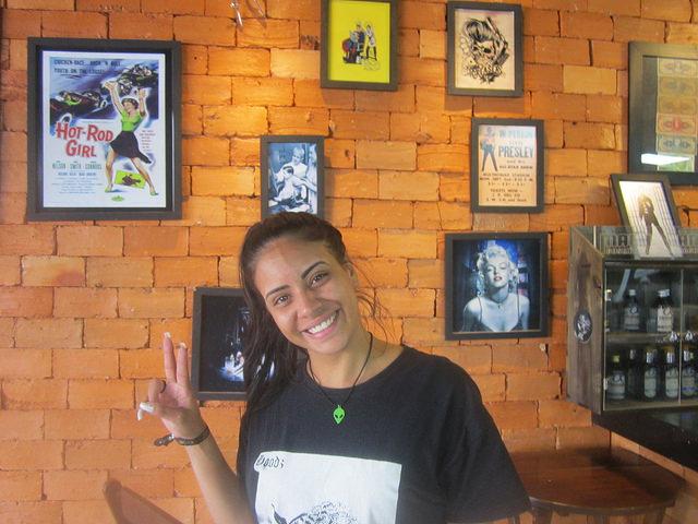 Laura Morais en la peluquería donde trabaja en el centro de la ciudad de Samambaia, satélite de la capital de Brasil. Ella se queja de la falta de actividades de ocio y cultura en la urbe, fundada en 1989 y otras que circundan al Distrito Federal. Crédito: Mario Osava/IPS