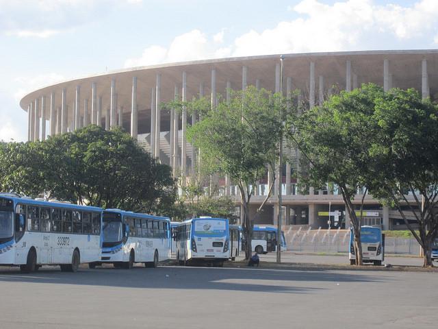 El estadio de fútbol Mané Garrincha, uno de los elefantes blancos de Brasilia, cuyo mayor uso es el de su estacionamiento, donde miles de buses aparcan durante buena parte del día, mientras llega la hora de trasladar a decenas de miles de trabajadores de la capital de Brasil a las ciudades dormitorio circunvecinas donde residen. Crédito: Mario Osava/IPS