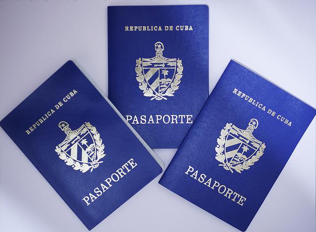 Pasaportes cubanos vigentes en Cuba. Los migrantes que necesitan adquirirlos en las delegaciones del país en el exterior deben pagar 400 dólares por el documento, válido por seis años, pero que debe renovarse cada dos, a un costo de 200 dólares. Crédito: Jorge Luis Baños/IPS