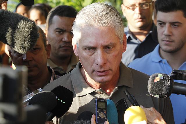 El primer vicepresidente cubano, Miguel Díaz-Canel, cuando declaraba a los periodistas, tras votar en el colegio electoral número tres de la circunscripción número 57 del municipio Playa, en La Habana, Cuba. Crédito: Jorge Luis Baños/IPS