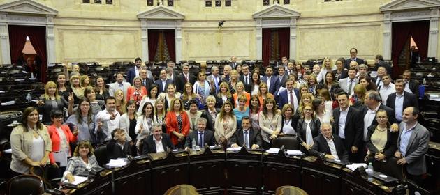 Las mujeres participantes en la histórica sesión en la Cámara de Diputados de Argentina quisieron fotografiarse juntas cuando a las cuatro de la madrugada del 23 de noviembre se levantó la sesión en que se impuso la paridad en la política del país, en una imagen a que se sumaron también legisladores que respaldaron la nueva norma. Crédito: Cámara de Diputados