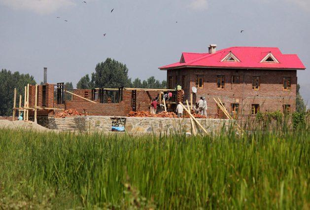 Las nuevas construcciones avanzan incesantes en el área de Shalteng, en la Cachemira india, donde la gente abandonó la agricultura y venden sus tierras para proyectos de desarrollo. Crédito: Umer Asif/IPS.