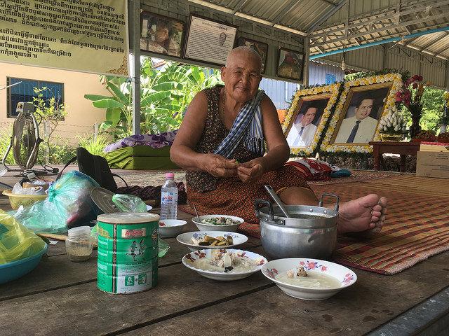 En la fotografía Phauk Se, de 80 años, cuyo hijo, el popular periodista Kem Ley, crítico del gobierno, fue asesinado en julio de 2016. Crédito: Pascal Laureyn/IPS.