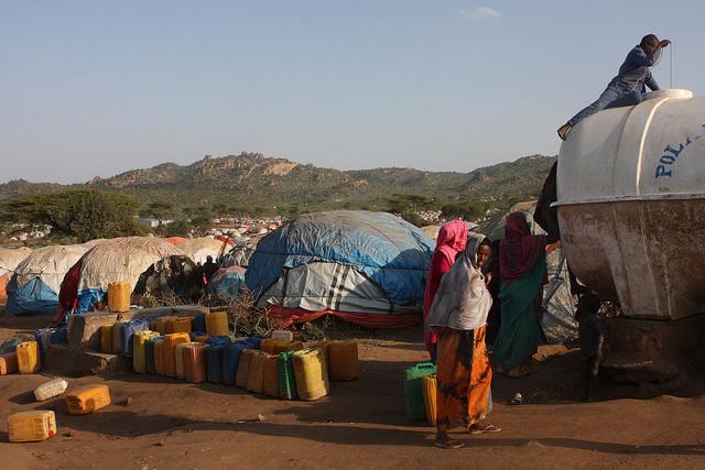 Somalíes desplazados en un campamento gigante, rodeados de las montañas de Kolenchi, en la región oriental Somalí, de Etiopía. Crédito: James Jeffrey/IPS.