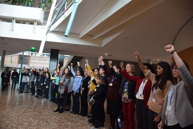Representantes de más de una decena de organizaciones de mujeres de América Latina, África, Medio Oriente y Asia reclaman mayor representación femenina en la COP23 de Bonn, en 2017. Crédito: Stella Paul/IPS