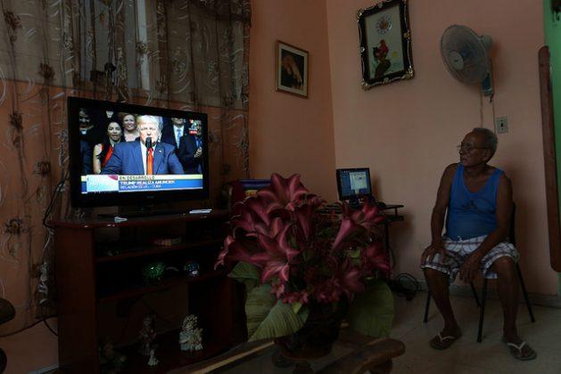 Un hombre observa en su vivienda en La Habana la transmisión por televisión del discurso del presidente de Estados Unidos, Donald Trump, el 16 de junio, sobre la nueva política hacia Cuba, que congeló el deshielo en las relaciones bilaterales. Crédito: Jorge Luis Baños/IPS