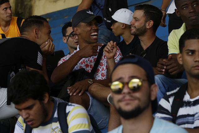 Estudiantes universitarios se divierten durante un evento deportivo en el estadio universitario de La Habana. La mayoría de los jóvenes cubanos rechaza la violencia de género, pero ellos no están dispuestos a actuar contra ella. Crédito: Jorge Luis Baños/IPS