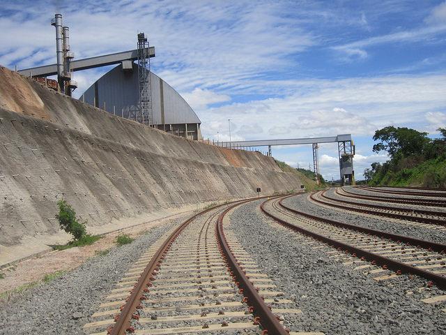 Planta de Granol, productora de salvado de soja y biodiesel, al lado del ferrocarril Norte-Sur, en Brasil. Un ducto desde la fábrica a la vía férrea permite cargar los vagones directamente. Crédito: Mario Osava/IPS