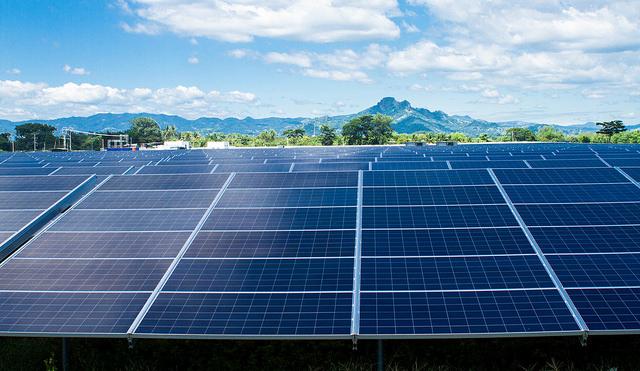 La compañía Providencia Solar inauguró este año la primera planta de energía fotovoltaica en El Salvador, en el central departamento de La Paz. Con 320.000 paneles solares, es una de las instalaciones solares más grande de América Central, cuyos países se esfuerzan por convertir sus matrices energéticas a fuentes renovables. Crédito: Edgardo Ayala/IPS