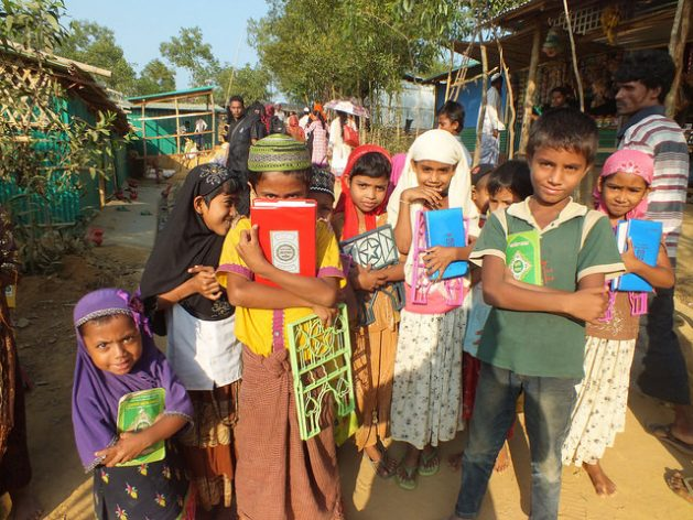 Un grupo de niños rohinyás sale de una escuela religiosa en el campamento de Kutupalong, en Bangladesh. Crédito: Naimul Haq/IPS.