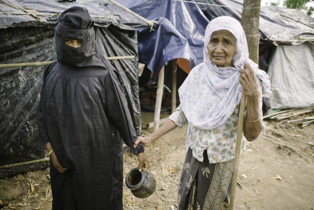 Una mujer rohinyá del campamento de Balukhali, en Bangladesh, se embarcó en una expedición al retrete. Crédito: Umer Aiman Khan/IPS