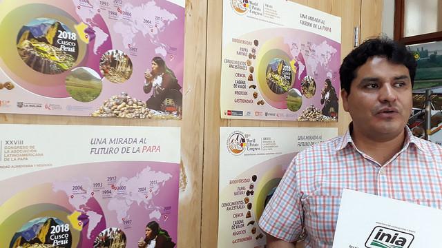 Jesús Caldas, director de Gestión del Instituto Nacional de Innovación Agraria (INIA), la entidad estatal peruana que lidera el Comité Organizador del 10 Congreso Mundial de la Papa, en su despacho junto a los afiches promocionales de la actividad que tendrá lugar en la ciudad de Cusco en mayo. Crédito: Mariela Jara/IPS