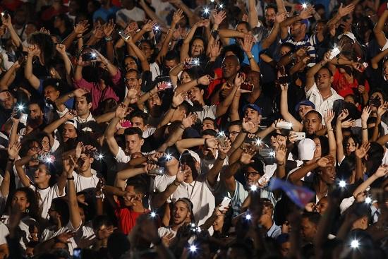 Jóvenes cantan durante una velada político- cultural de la juventud cubana, organizada por La Unión de Jóvenes Comunistas (UJC), con motivo del primer aniversario de la desaparición física del líder de la revolución cubana Fidel Castro, en La escalinata universitaria, en el municipio Plaza de La Revolución, en La Habana, Cuba, el 25 de noviembre de 2017. Crédito: Jorge Luis Baños/IPS.