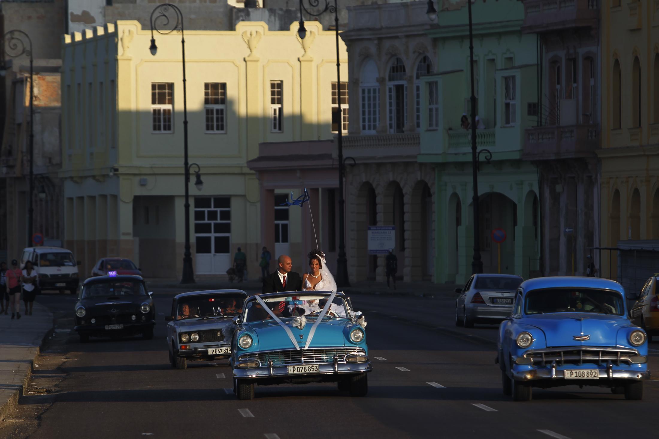 Una pareja de recién casados pasea en un automóvil por la céntrica avenida Malecón, en La Habana, Cuba, en diciembre de 2017. Este país caribeño pronto tendrá resultados sobre violencia hacia la mujer en la pareja, un aporte muy significativo para luchar contra este flagelo. Crédito: Jorge Luis Baños/IPS.