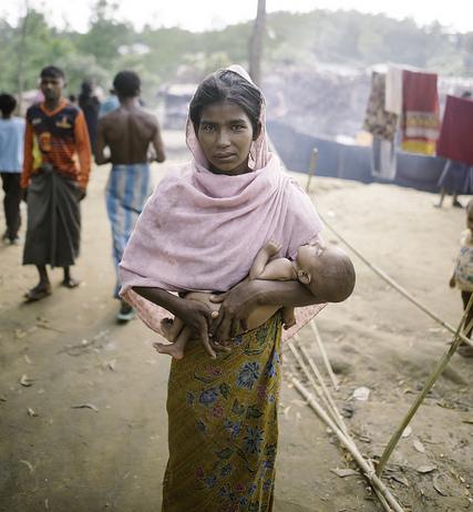 Una madre adolescente rohinyá con su recién nacido en un campamento de refugiados de Bangladesh. Crédito: Umer Aiman Khan/IPS.