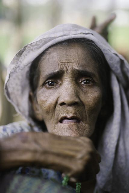 Una refugiada rohinyá mayor en un campamento de Bangladesh. Crédito: Umer Aiman Khan/IPS