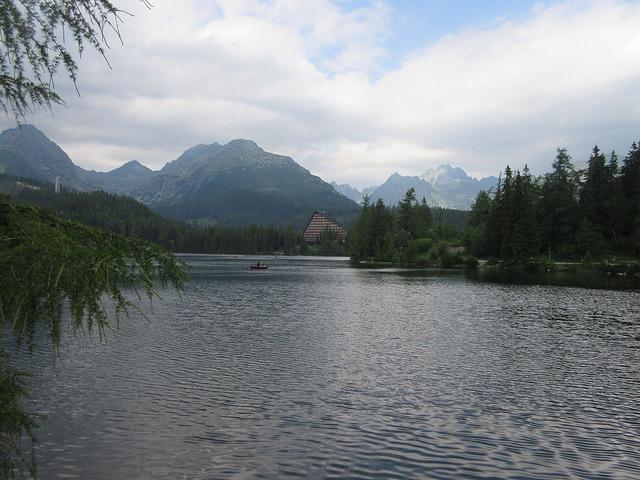 El lago Strbske Pleso en las sierras Altos Tatras, en la frontera entre Eslovaquia y Polonia. Crédito: Ed Holt/IPS.