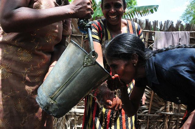 Las mujeres, en particular las jefas de hogar solas quedaron en situación de gran vulnerabilidad en las zonas que sufrieron la peor parte de la guerra civil de Sri Lanka. Crédito: Amantha Perera/IPS.