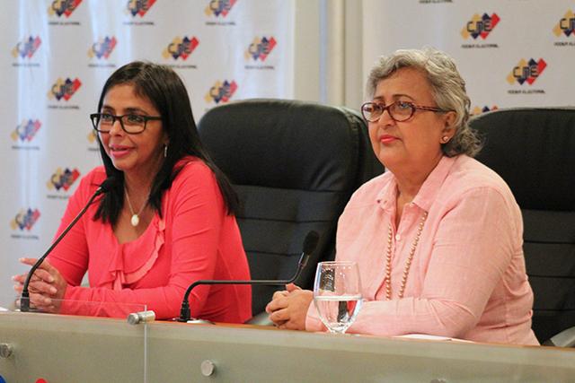 La presidenta de la Asamblea Nacional Constituyente, Delcy Rodríguez (izquierda), y la presidenta del Consejo Nacional Electoral, Tibisay Lucena, al anunciar el 23 de febrero que las elecciones presidenciales anticipadas serán el 22 de abril. Crédito: CNE