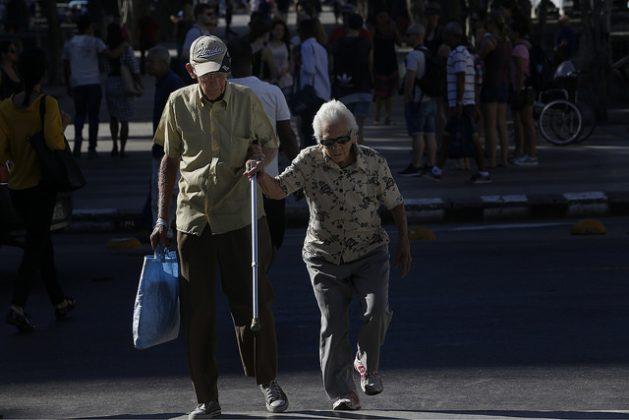 Una pareja de adultos mayores transita por una céntrica calle de La Habana Vieja, en Cuba, un país donde ya casi 20 por ciento de la población tiene más de 60 años y que subiría a un tercio de la población total en 2030, un fenómeno demográfico que constituye un desafío para el país. Crédito: Jorge Luis Baños/IPS