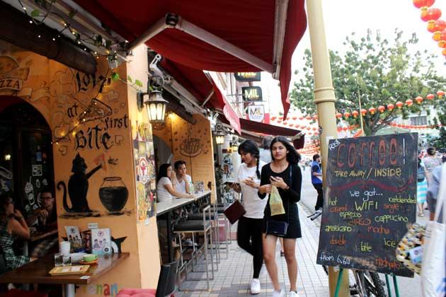 Los turistas adolescentes caminan seguras por la ciudad de George Town, en Malasia, un Patrimonio Mundial de la Unesco, que garantiza la seguridad de las mujeres a medida que el turismo crece. Crédito: Manipadma Jena/IPS.