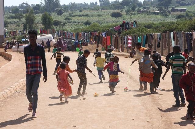 Oromos desplazados se alojan en un parque industrial a las afueras de la ciudad de Harar, en el este de Etiopía. Crédito: James Jeffrey/IPS