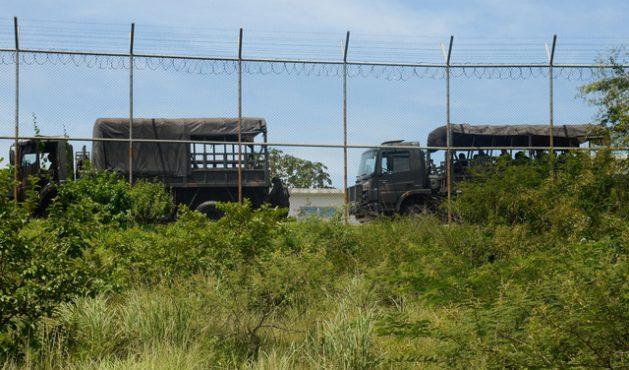 """Un contingente militar participa en el sofocamiento de una revuelta de presos en la penitenciaria de Japeri, en la periferia de Río de Janeiro, en lo que representó el """"estreno"""" de la intervención militar del gobierno de Brasil en la seguridad pública de la región. Crédito: Tania Rego/Agência Brasil"""