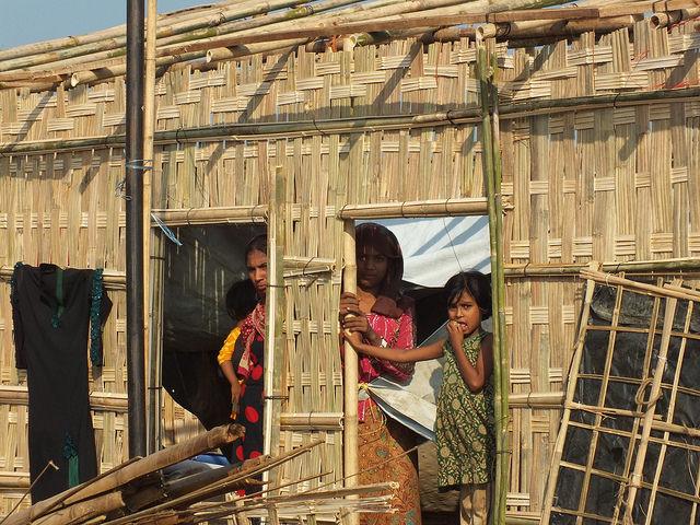 Una refugaida rohinyá está en su casa de bambú a medio construir en el campamento de Kutupalong, en Bangladesh. Crédito: Naimul Haq/IPS.