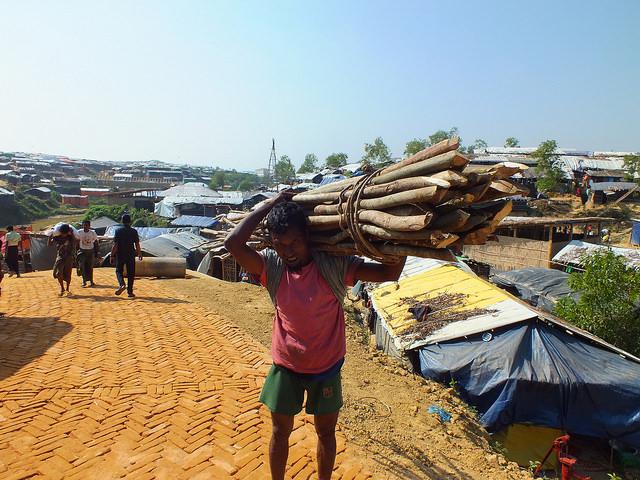 El duro trabajo de este hombre ilustra lo difícil que puede resultar andar por el escarpado terreno de los campamentos de refugiados rohinyás en Bangladesh, aun con un clima favorable. Crédit: Naimul Haq/IPS.